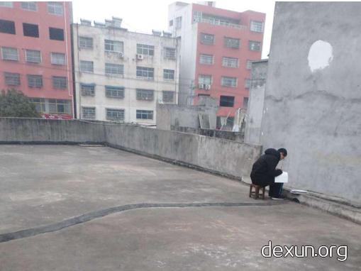 """河南高三学霸""""凿壁借光""""爬屋顶蹭网 背后故事励志暖心"""