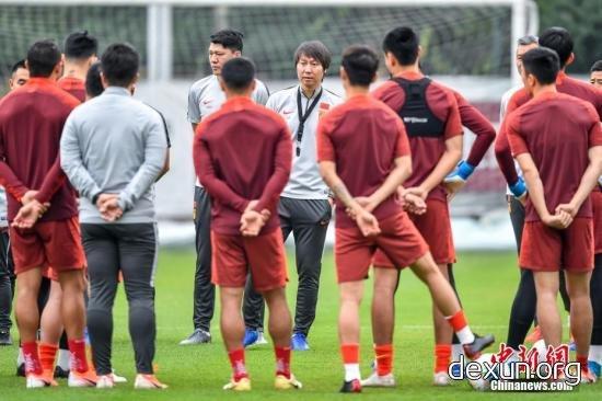 中国国家男子足球队主教练李铁在训练场上与队员交谈。中新社记者 陈骥旻 摄