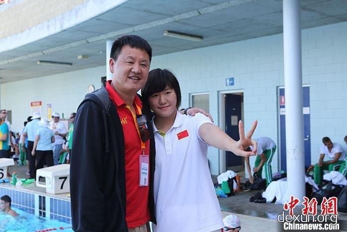 资料图:徐国义教练(左)与弟子叶诗文
