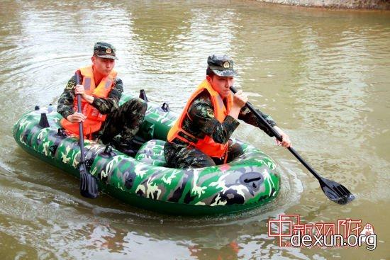 开展救生艇操作训练。王永兴 摄